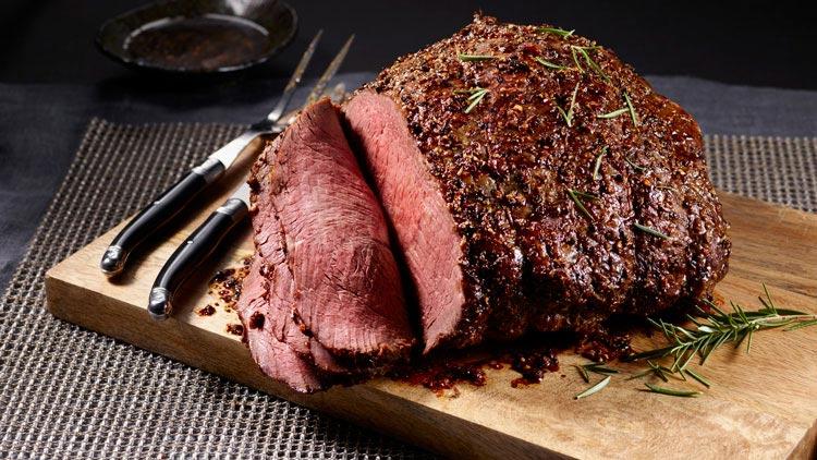 Fleisch Koschen Brett Küche Roast Beef Nahrung Ernährung Rindsbraten Rindfleisch Rosmarin Besteck Köstlich