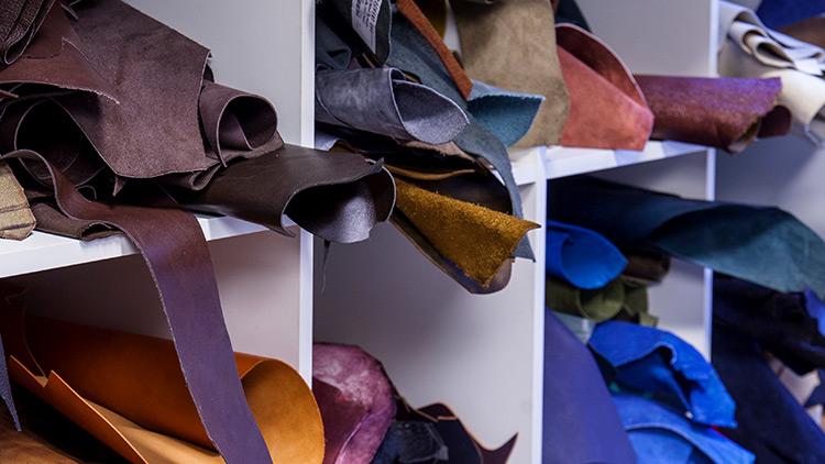 Leder, Schuh- und Lederwarenindustrie, Schuhindustrie, Lederwaren, Verkaufen, Modehandel, Einzelhandel, Shopping, kaufen, Kaufhaus, Waren, Schuhe, High Heels, Stöckelschuhe, Frauenschuhe, Frau, einkaufen,